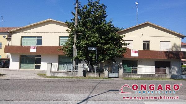 Fabbricato con abitazione, locale commerciale e garage a Riva del Po loc. RO
