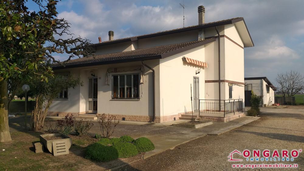Copparo (Fe) loc. Coccanile casa indipendente con magazzino e ampio scoperto